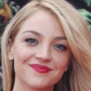 Abby Elliott 1 of 6