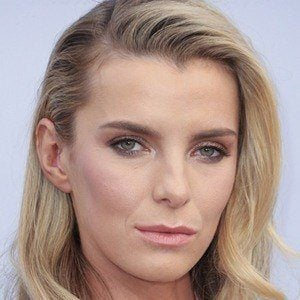 Betty Gilpin 1 of 3