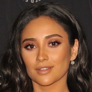 7fe599f9ffcb1 Shay Mitchell 1 of 10