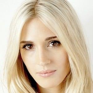 Laura Wilde 1 of 10