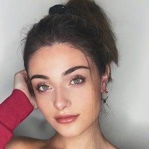 Alana Arbucci Headshot 5 of 10