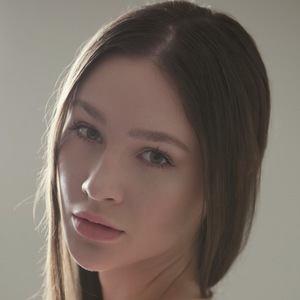 Alina Lewis 3 of 3