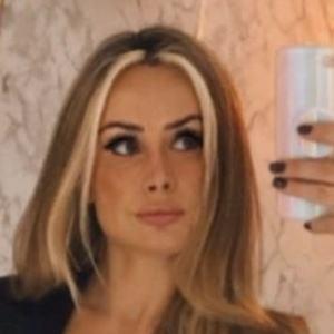 Andréia Scherner Headshot 4 of 10