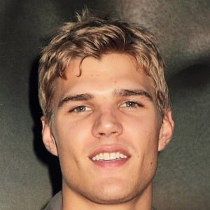 Chris Zylka 6 of 10