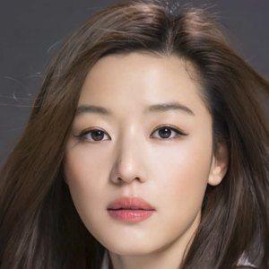Jun Ji-hyun Headshot 7 of 10