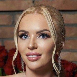 Karina Gra Headshot 9 of 10