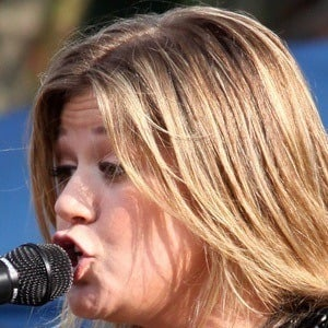 Kelly Clarkson 8 of 10