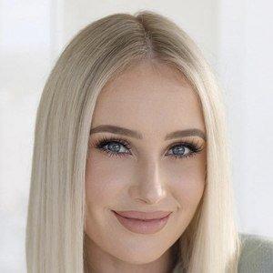 Lauren Curtis Headshot 7 of 10