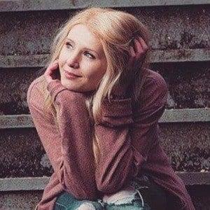 Lauren Southern 4 of 10