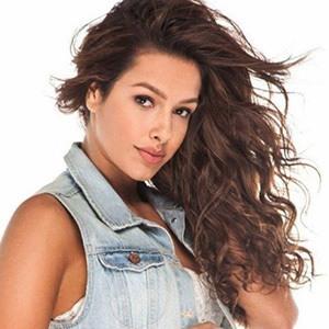 Michelle De Andrade 4 of 5
