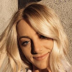 Samantha Peszek Headshot 6 of 10